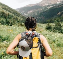 Wandernde Frau von hinten abgebildet - von Unsplash